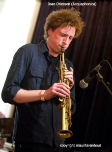 Saxofonist Joao Driessen overtuigde in zijn rol bij Acquaphonica.