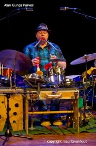"""Alan Gunga Purves leek overal geluiden uit te kunnen halen bij het optreden van """"Lotz of music""""."""