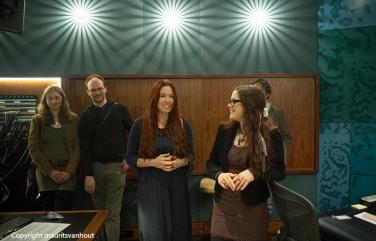 Fieke van den Hurk (r) geeft uitleg in de studio. Links naast haar Jyoti Verhoeff.