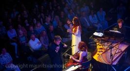 Jyoti Verhoeff trad op in Paradiso samen met celliste Maya Fridm