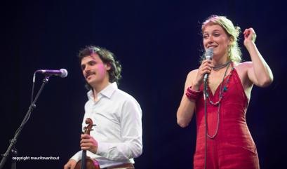 Oaktree live op Gent Jazz 2014. Op de foto zangeres Sarah Klenes (r) en violist Tcha Limberger (l).