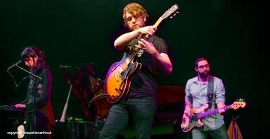 Tigran Hamasyan live op Gent Jazz 2014. Op de foto: zangeres Areni Agbabian (l) Sam Minaie (m) en Charles Altura (r)
