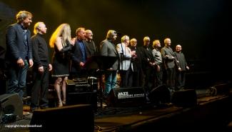 De totale groep muzikanten die optrad samen met Toots (5e van rechts)