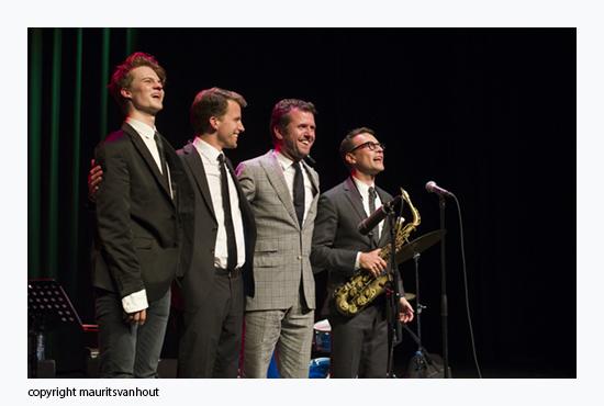 na afloop nemen Daniel von Piekartz, Thomas Rolff, Joost Patocka en Benjamin Herman het applaus in ontvangst.