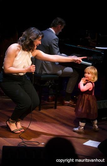 den haag, 10 oktober 2015. Het Peter Beets Trio brengt samen met Fay Claassen een ode aan Rita Reys. foto: Hilarisch moment als dochtertje Peter Beets podium op loopt..