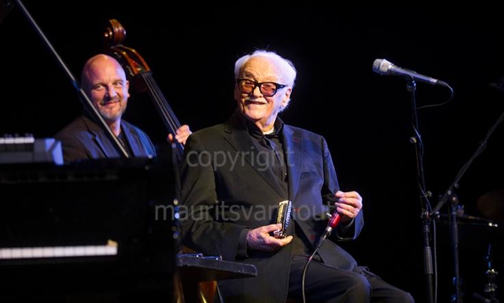 Toots Thielemans tijdens zijn optreden op Jazz Middelheim 2013. Altijd in contact met de mensen, altijd humorvol.