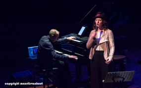 Faye Claassen treedt op in Theater Dakota in Den Haag, foto: Faye Claassen en links Karel Boehlee