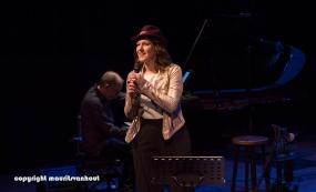 Faye Claassen treedt op in Theater Dakota in Den Haag
