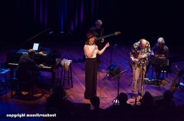 Faye Claassen treedt op in Theater Dakota in Den Haag, foto: ook Toon Roos kwam regelmatig meespelen.