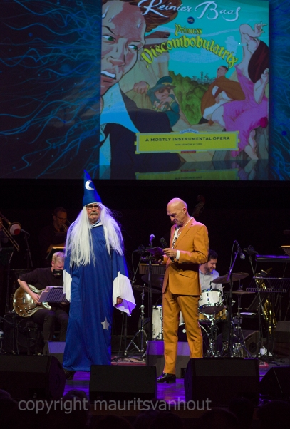 """Foto: de prijs voor Reinier Baas werd in ontvangst genomen door een figuur uit zijn """"jazz opera""""."""
