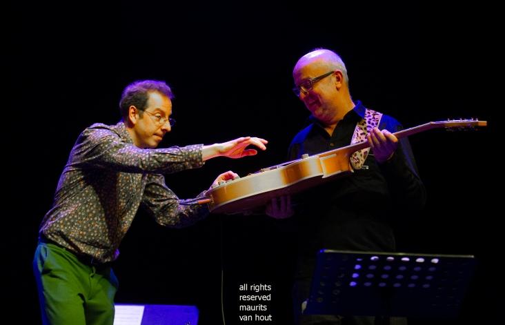 Estafest live in het Koorenhuis Den Haag. foto: Oene van Geel speelt met de gitaar van Anton Goudsmit