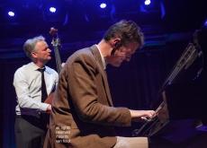 7 april 2019, Den Haag. Het Peter Beets Trio speelt stukken van Gershwin in Theater Dakota. foto: Peter Beets met achter hem Frans van Geest